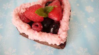小麦粉アレルギー犬用ケーキレシピ【ハートのキャロブケーキwithもこもこクリーム】